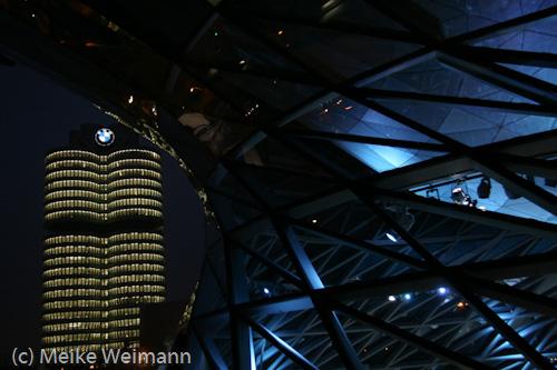 So sieht es aus, wenn man im Dunkeln zum Museum läuft. Das Bürogebäude stellt einen 4-Zylinder dar, wurde von oben nach unten gebaut und ist ein Unesco Weltkulturdenkmal.
