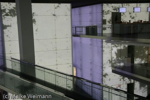 Im Museum wird man zur einen Seite von der neuen, modernen Architektur mit den Lichtwänden erwartet...