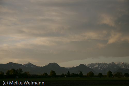 Man sieht noch einen Rest Blau über den Bergen. Eine Stunde später (hier war es ca. 6:30 Uhr) waren die Sonne und der blaue Himmel weg.
